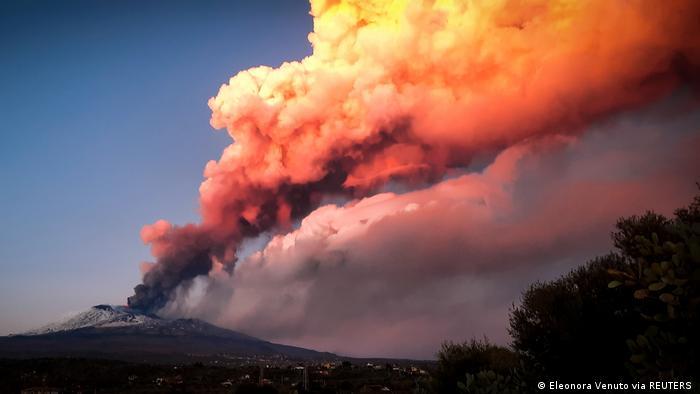 استفانو برانکا، مدیر موسسه آتشفشانشناسی در کاتانیا به خبرنگاران رسانههای محلی گفته است که فعال شدن اتنا این بار خطری را متوجه شهروندان سیسیل نکرده است. او گفته است: «ما از این بدتر هم دیدهایم!» گفته میشود که سنگهای آتشفشانی در ارتفاع ۲۰۰۰ متری کوه اتنا متوقف شدهاند. بهرغم آن، نیروهای آتشنشانی سه منطقه مسکونی کوچک واقع در دره این کوه آتشفشانی را تحت نظر دارند.