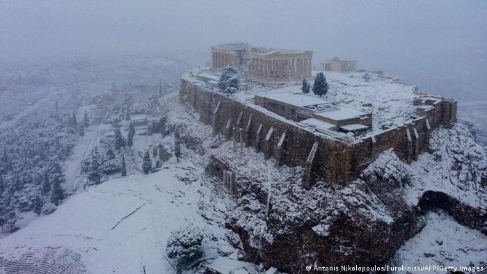 La Acrópolis de Atenas amaneció cubierta por un manto de nieve, al igual que otros monumentos antiguos de la capital griega, un espectáculo excepcional solo posible por la ola de frío Medea que afecta al país. Temperaturas de hasta -19 grados Celsius se registraron en Florina, en el noroeste, algo extraño en el Mediterráneo.