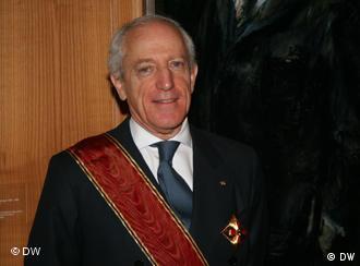 Rogelio Pfirter, director general de la Organización para la Prohibición de Armas Químicas, luce la condecoración otorgada por el Gobierno alemán.