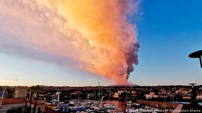 U Cataniji s neba padaju vulkanski pepeo i sitni kamenčići. Probudio se ponovo vulkan Etna na Siciliji. Srećom, nema opasnosti za stanovništvo okolnih sela. Etna je s 3.300 metara najviši aktivni vulkan u Europi. Redovito se javlja već oko 500 tisuća godina, a uvršten je i u Svjetsku prirodnu baštinu UNESCO-a.