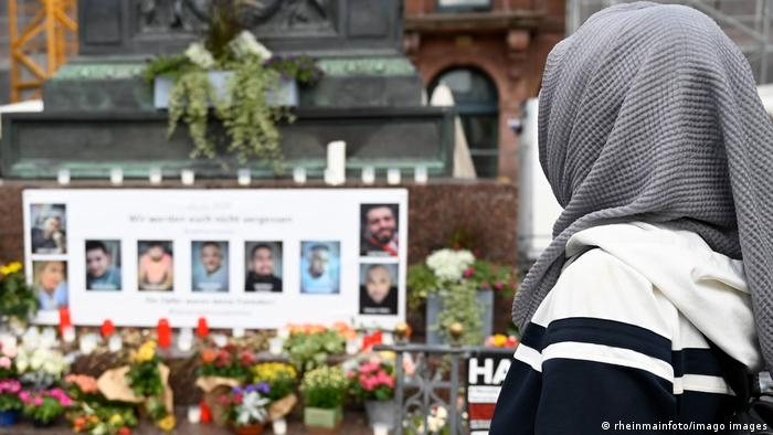 Стенд с фотографиями жертв теракта на рыночной площади в Ханау