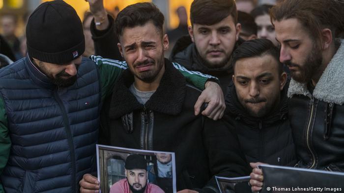 21.02.2020 - rudele victimelor şi alţi oameni adunaţi în oraş pentru a comemora pe cei ucişi