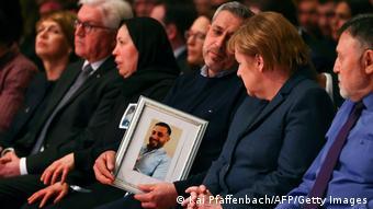 Η καγκελάριος με συγγενείς θυμάτων πέρισυ στην επιμνημόσυνη τελετή