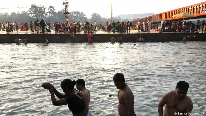 Tradisi berendam di Sungai Gangga