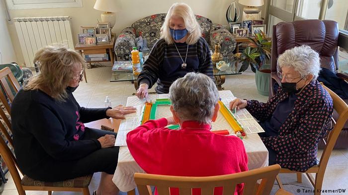 Senhoras jogando jogo de tabuleiro