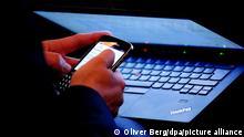 Symbolbild Arbeiten mit Laptop und Smartphone