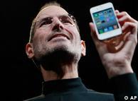 苹果公司总裁史蒂夫·乔布斯(Steve Jobs)展示IPhone 4