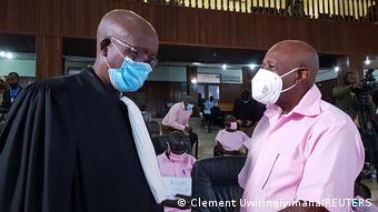 Ο Πολ Ρουσεμαγκίνα με την χαρακηριστική ροζ στολή των υπόδικων στη Ρουάντα, σε διάλειμμα της δίκης με τον συνήγορό του