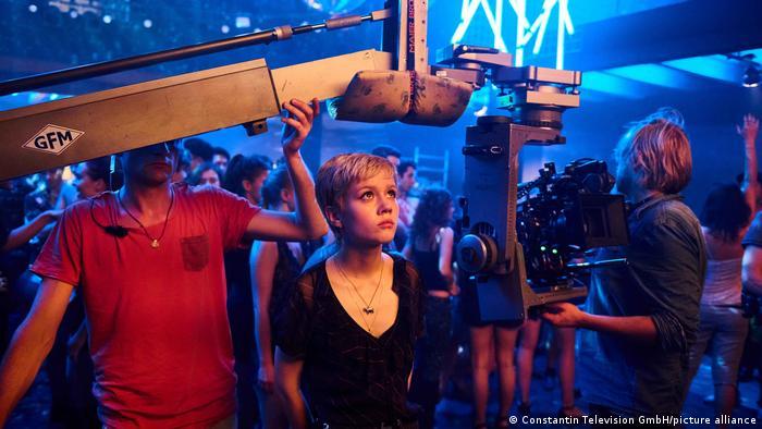 Schauspielerin Jana McKinnon bei Dreharbeiten in einer Disco in Berlin.