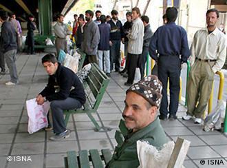 مطابق آمارمرکز آمار ایران میزان بیکاری در میان جوانان ۱۵تا ۲۹ سال در پاییز سال ۹۰ نزدیک به ۲۴ درصد بوده است