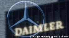 Die Zentrale der Daimler AG ist durch eine Flagge zu sehen, auf der der Mercedes-Stern abgebildet ist. (zu dpa Daimler macht im Corona-Jahr 2020 deutlich mehr Gewinn als zuvor