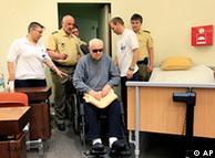 John Demjanjuk entra a la sala del tribunal en Múnich (08.06.2010)