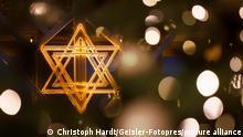 Der beleuchtete Davidstern am Chanukka-Leuchter anlässlich der beginnenden Chanukka-Feiertage am Brandenburger Tor. (Themenbild, Symbolbild) Berlin, 18.12.2020