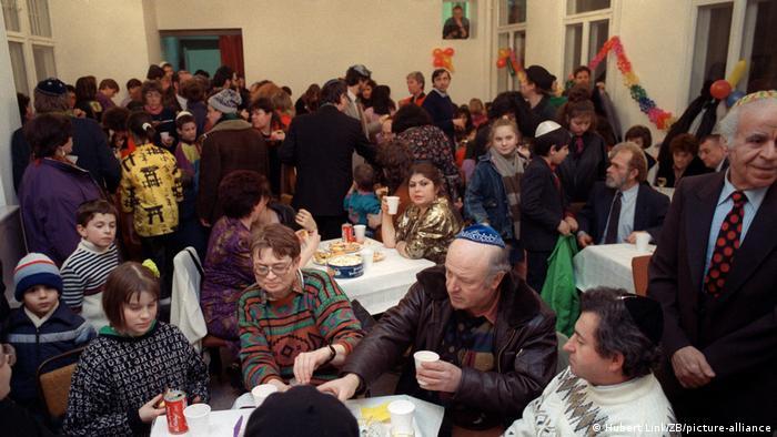 Purim celebration in East Berlin, February 1991 (Archivbild und Text 1991)
