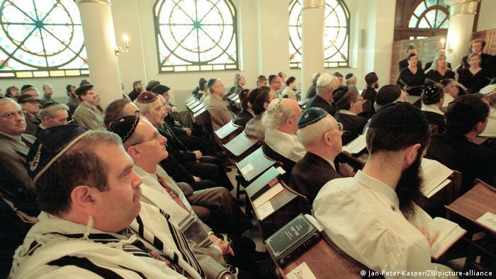 Zahlreiche Männer, die meisten tragen Kippa, sitzen 1993 in der Synagoge der Jüdischen Gemeinde Leipzig