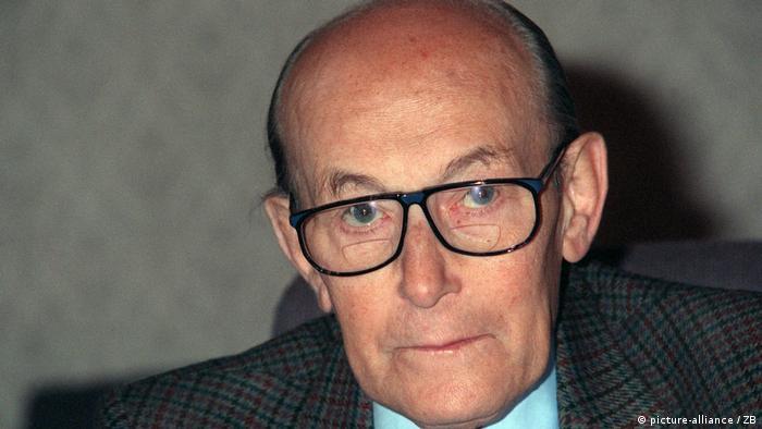 Ein Porträt von Heinz Galinski, dem ersten Vorsitzenden des Zentralrats der Juden, er schaut nachdenklich durch seine Brille zum Betrachter