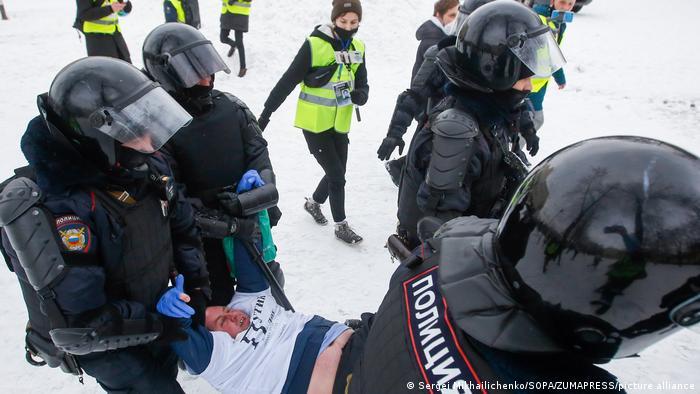 Задержание участника протеста в Санкт-Петербурге