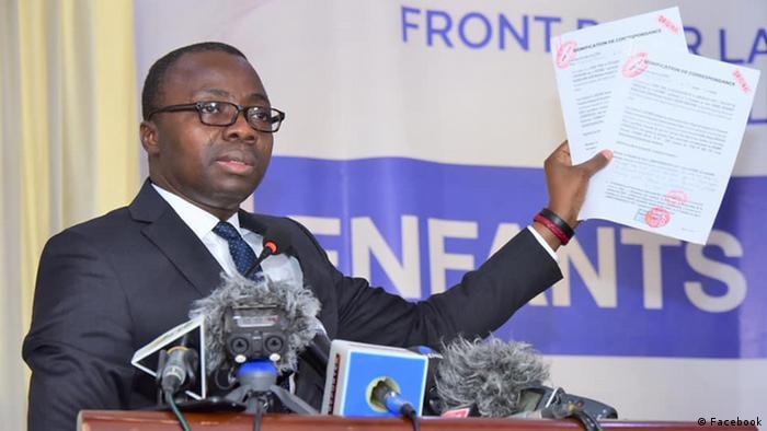 Frédéric Joël Aïvo au cours d'une conférence de presse à Cotonou