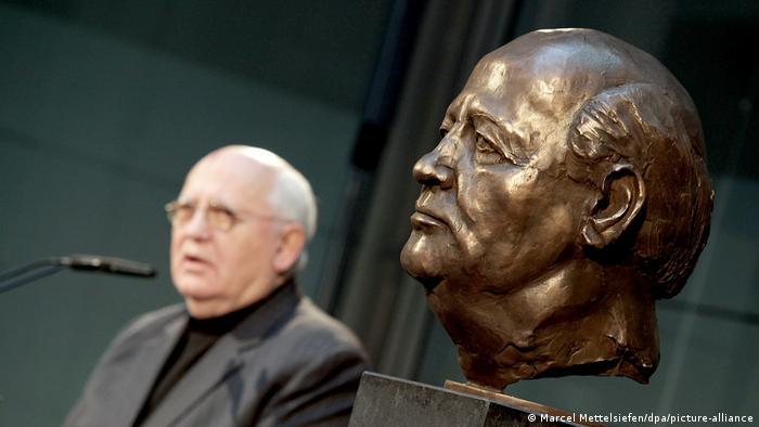 میخائیل سرگییویچ گورباچف روز ۲ مارس سال ۱۹۳۱ در روستای پریولنوی در نزدیکی استاوروپول به دنیا آمد. گورباچف در دوران جوانی و پیش از پیوستن به حزب کمونیست اتحاد شوروی، مسئول به کار انداختن و ادارهٔ ماشینهای کمباین در زمینهای کشاورزی جمعی (کلخوز) بود. او در سال ۱۹۵۰ دبیرستان را به پایان رساند.