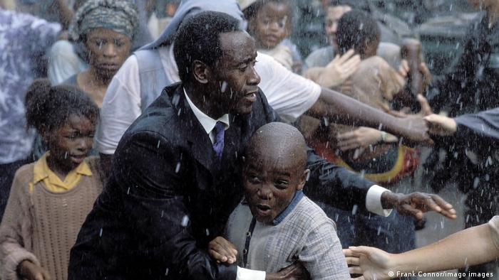 Szene aus dem Kinofilm Hotel Ruanda bei Regen