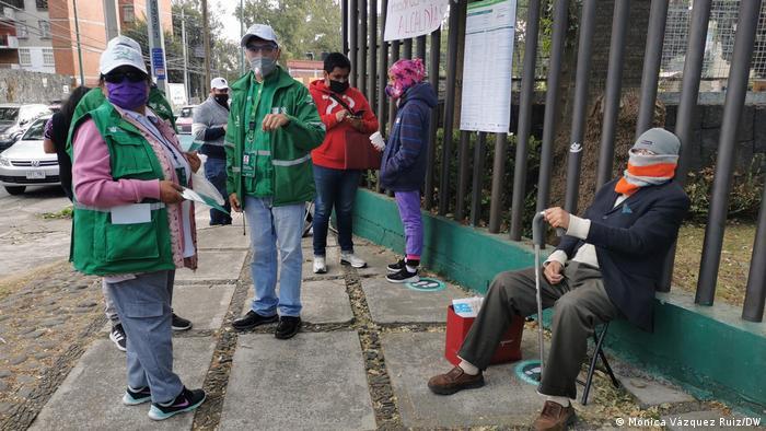 A pesar de la larga fila y las confusiones en la aplicación de la vacuna, las personas esperan con paciencia su turno.