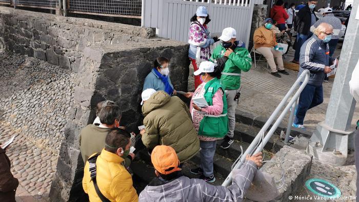 Personas hacen fila en México para ser vacunadas en un centro de salud.