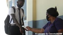 Fiebermessung von Schülern in einer Schule in Inhambane Beschreibung: Fiebermessung von Schülern in einer Schule in Inhambane Ort: Inhambane/Mosambik Datum: 18.02.21 Autor: Luciano da Conceição