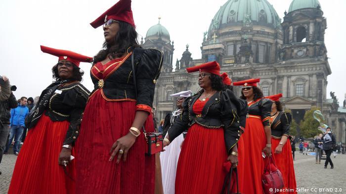 Ativistas namibianas em manifestação por um acordo de reparações com a Alemanha.