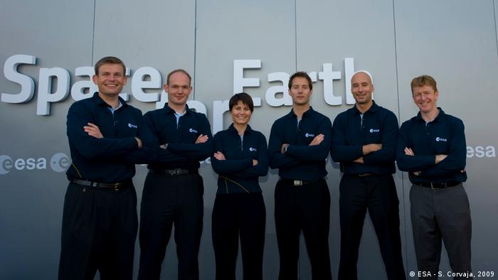 Samantha Cristoforetti steht in der Gruppe von Astronauten aus der Klasse von 2009 neben ihrem französischen Kollegen Thomas Pesquet, nach dem sie 2022 zur ISS fliegen wird. Pesquet bricht bereits im April 2022 zur ISS auf.