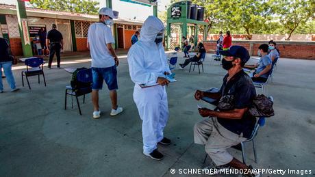 Inmigrantes venezolanos en la frontera con Colombia esperan pasar prueba de COVID-19.