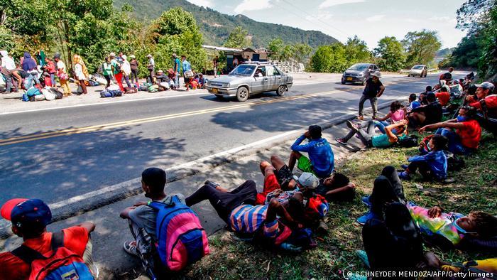 Foto de migrantes de Venezuela que esperan ayuda en una carretera en Colombia.