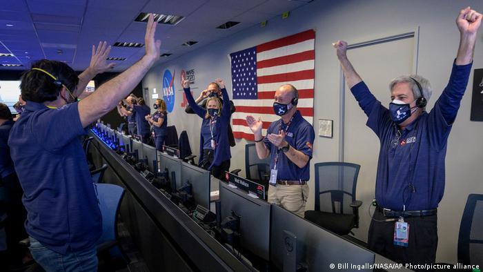 NASA çalışanları inişi böyle kutladılar