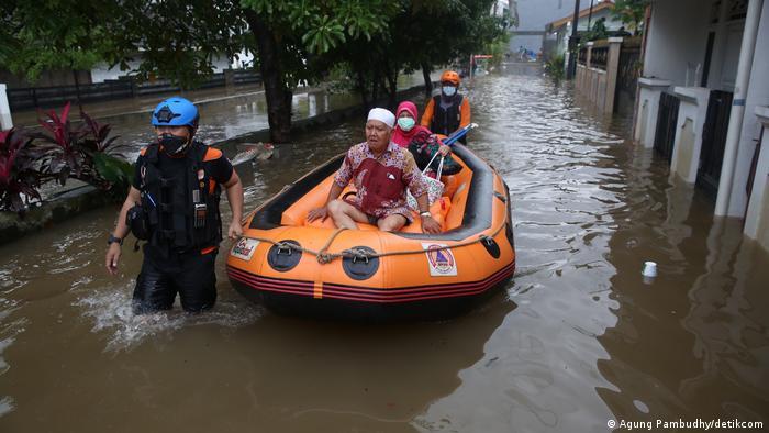 Petugas mengevakuasi warga lansia di Perumahan Masnaga, Bintara, Kota Bekasi, Jawa Barat, Jumat (19/2/2021).