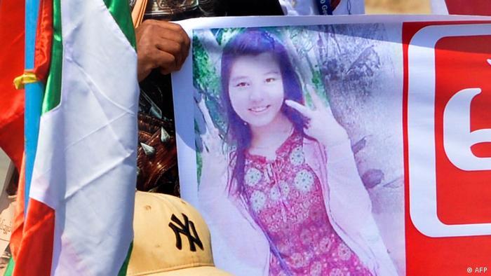Mya Thwate Thwate Khaing, de 20 años, recibió un disparo en la cabeza el 9 de febrero en una protesta contra el golpe de Estado llevado a cabo por los militares. Después de estar 10 días con respiración asistida en un hospital, falleció. Esta es la primera muerte confirmada entre los manifestantes que se han enfrentado en grandes números a la represión de las fuerzas de seguridad (19.02.2021).