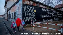 """*** Dieses Bild ist fertig zugeschnitten als Social Media Snack (für Facebook, Twitter, Instagram) im Tableau zu finden: Fach """"Images"""" —> Weltspiegel/Bilder des Tages *** 18.02.21 *** The names of the nine victims of the Hanau shooting are painted on a building in Hanau, Germany, Thursday, Feb.18, 2021. One year ago a far right man shot nine people before he shot himself. Hanau will commemorate the victims on Friday. (AP Photo/Michael Probst)"""