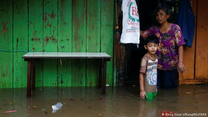 Penduduk Jakarta ketika banjir pada Februari 2021