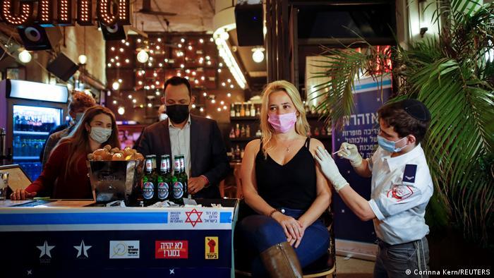 Vacuna en el bar en Tel Aviv