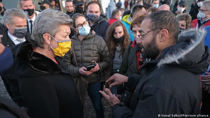 Bosnien Bihac | EU-Kommissarin für Inneres Ylva Johansson (L) besucht Flüchtlingslager Lipa