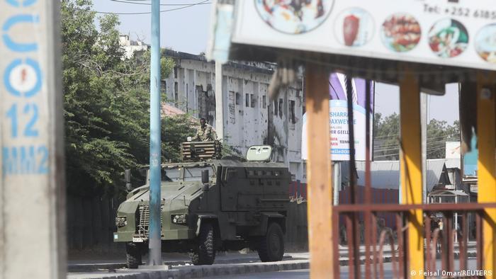 Die Ruhe vor dem Sturm: Armeefahrzeuge sollen die Menschen in Mogadischau von Protesten abhalten