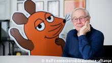 Armin Maiwald, Filmemacher, Autor und Miterfinder der Sendung mit der Maus sitzt im Foyer seines Büros. Die Maus ist seit 50 Jahren ein Superstar im Kinderfernsehen. Die Lach- und Sachgeschichten hatten ihre Fernsehpremiere einst am 7. März 1971.