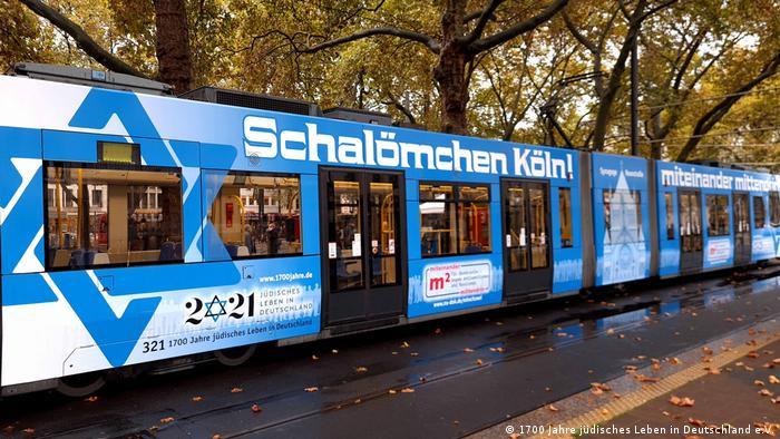 Straßenbahn in Blau mit Schriftzug Schalömchen drauf.
