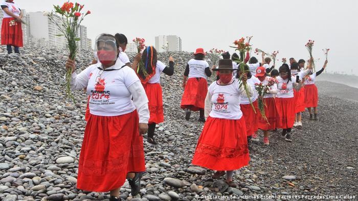 Con marchas y manifestaciones, siempre con sus faldas rojas, las víctimas de esterilizaciones forzadas en Perú buscan visibilizar su lucha.