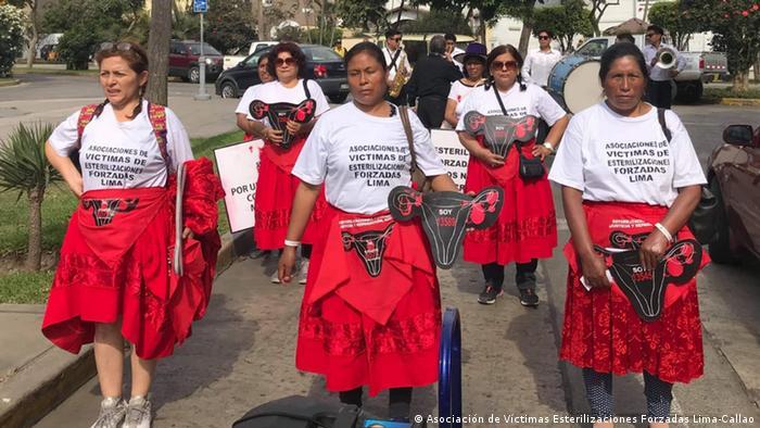María Elena Carbajal (1era. de la izqda.), presidenta de la Asociación de Víctimas de Esterilizaciones Forzadas de Lima Callao, en una marcha de protesta para exigir castigo a los culpables e indemnizaciones.