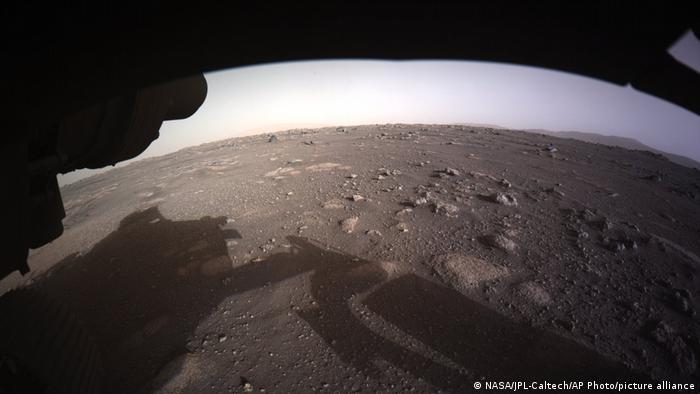 Перша фотографія з марсоходу Perseverance, 18 лютого 2021 року