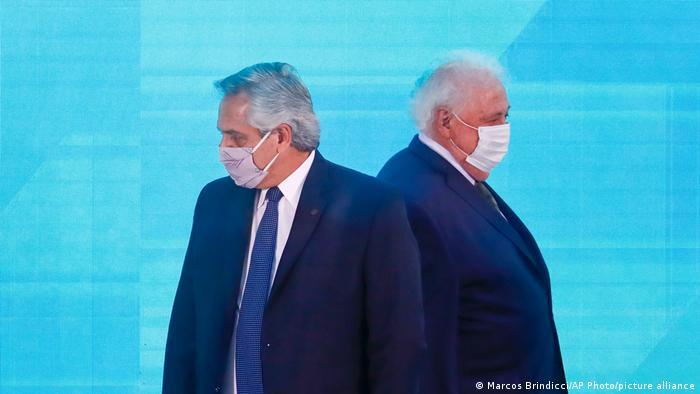 Resultado de imagen para ministro argentino renuncia tras vacunar a sus allegados en secreto