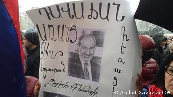 Надпись на плакате: Никол - предатель