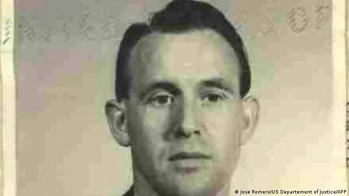 Blick auf ein altes Schwarz-Weiß-Foto: das Passbild eines jungen Manns mit kurzen dunklen Haaren, der nicht in die Kamera blickt