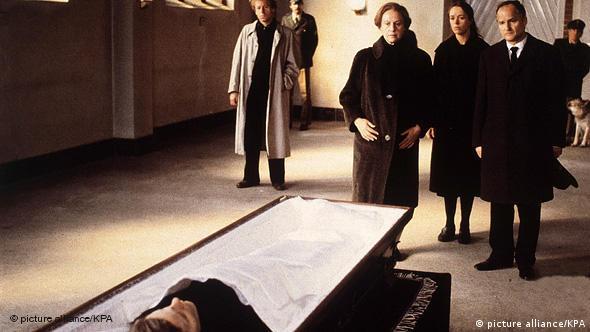 Beerdigungsszene mit verschiedenen Personen vor einem Sarg - Szene aus Die bleierne Zeit, (Foto: picture alliance/kpa)