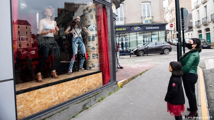La pandemia de coronavirus ha obligado a gobiernos en todo el mundo a tomar duras medidas de cierre, lo que ha privado a los ciudadanos de ir a bares y espéctaculos culturales. Pero estas mujeres de la foto encontraron una forma creativa. No, no son maniquíes. Son bailarinas que ofrecen un show a transeúntes en Nantes, Francia, país duramente azotado por las restricciones causadas por el virus.