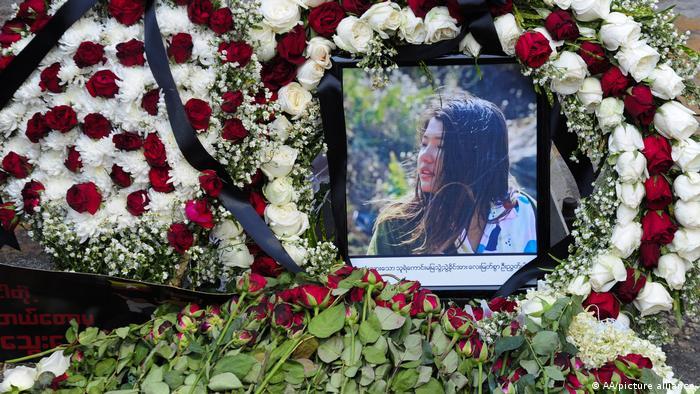 Los funerales de Mya Thwate Thwate Khaing, de 20 años, que había sido herida de bala el 9 de febrero y falleció días después, tuvieron lugar en la periferia de la capital Naipyidó con la presencia de varios miles de personas. La despidieron con tres dedos levantados en señal de resistencia, un día después de su muerte, otros dos manifestantes perdieron la vida en protestas (21.02.2021).